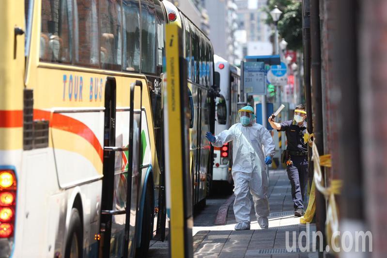 東吳大學昨晚宣布有1名學生確診新冠肺炎,上午10點左右安排5輛防疫巴士、約80餘位學生前往剝皮寮快篩站進行篩檢。記者葉信菉/攝影