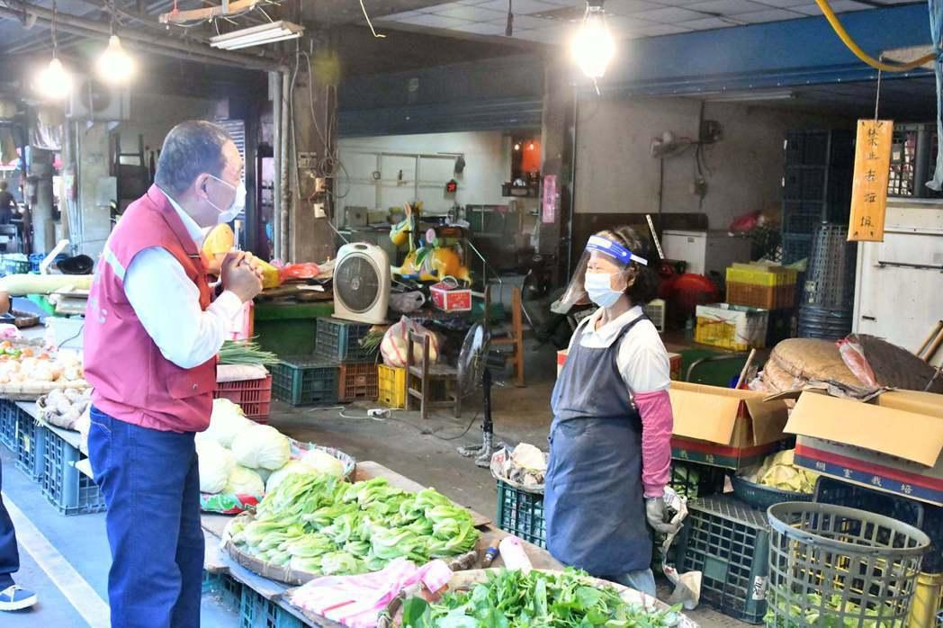 新北市長侯友宜今日前往中和福美(福祥)民有市場視察。圖/新北市新聞局提供
