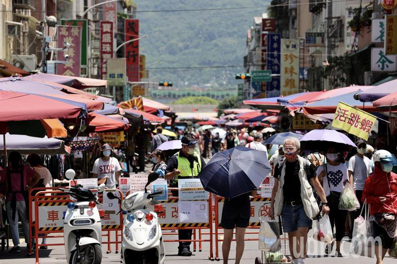 端午連假首日,北市濱江市場進行身分證單雙號分流管制,許多婆婆媽媽拿著身分證登記實名進入市場採買。記者許正宏/攝影