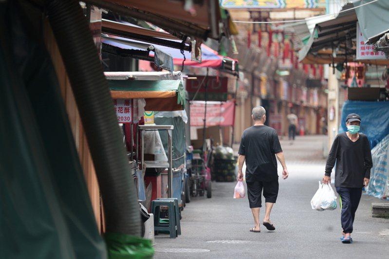 疫情爆發後,萬華被認為是疫情熱區,不少外送不願送餐的萬華,仰賴在地店家協助,讓弱勢族群可以撐過非常時期。圖/聯合報系資料照片