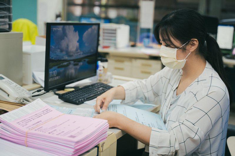 新竹市今天獲配1.1萬劑AZ疫苗,新竹市政府造冊製作通知書,今、明2天將由里鄰長家戶投遞「COVID-19疫苗接種通知書」給符合資格的長者。圖/新竹市政府提供