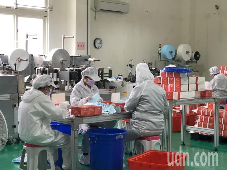 金門口罩工廠爆紅,目前每天都在趕製口罩,下週起也會「外銷」到台灣各縣市。記者蔡家蓁/攝影