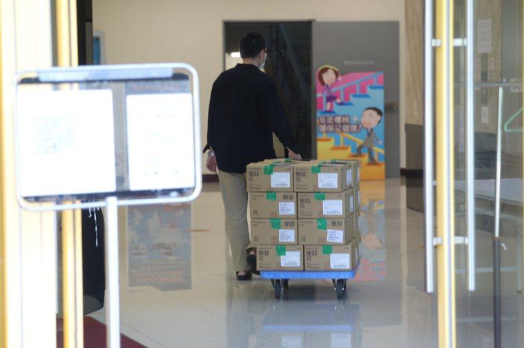 日本捐贈的AZ疫苗已配發到高雄市,下午專責醫院即將開打。圖/衛生局提供