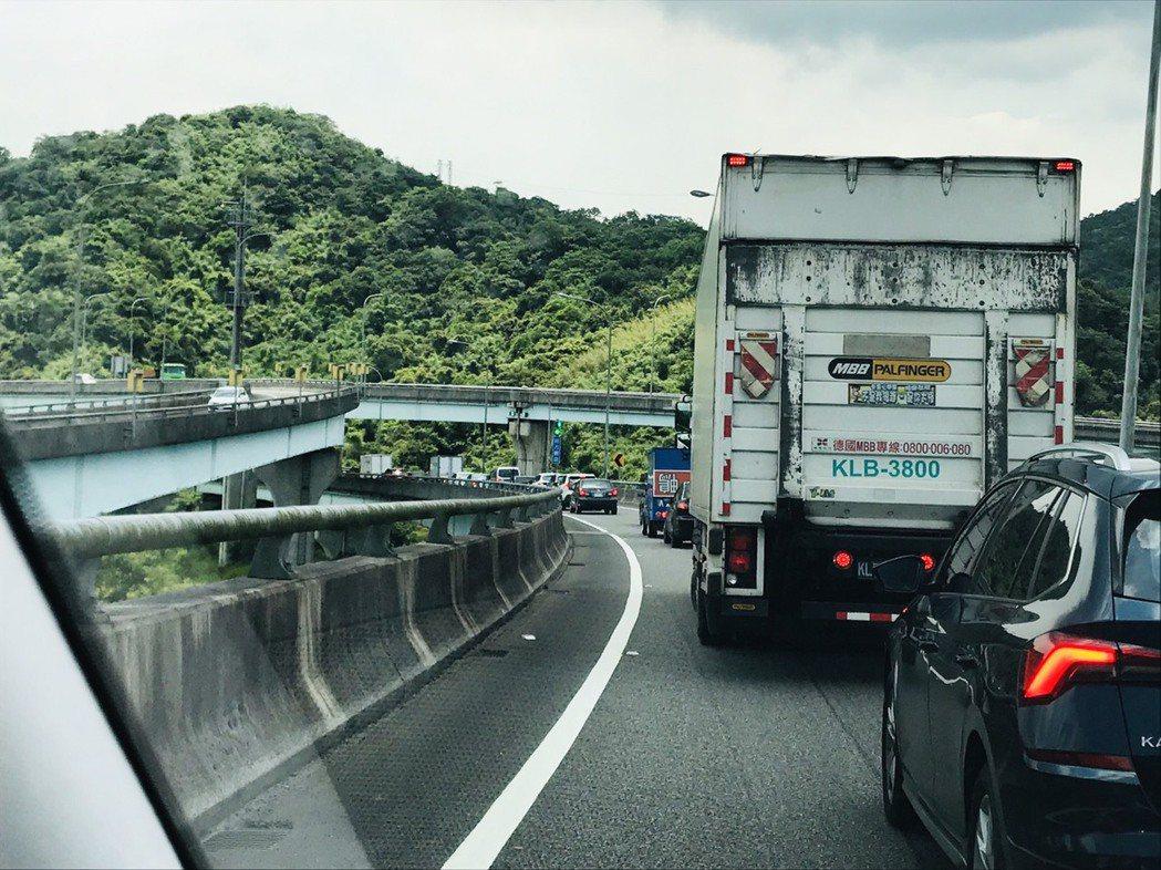 國道匝道綠燈10秒萬瑞進國1五堵塞爆,駕駛人罵翻:亂搞。圖/林姓讀者提供