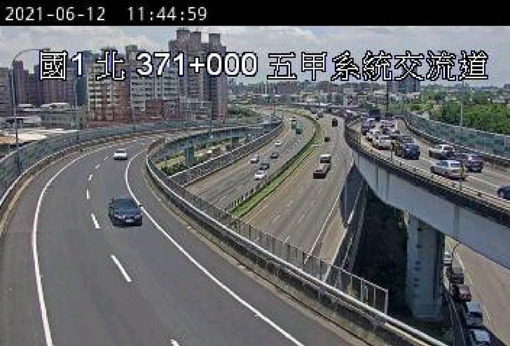 國道一號鳳山五甲系統為民生車輛必經路段,實施嚴格匝道儀控管制後,今天上午持續出現...
