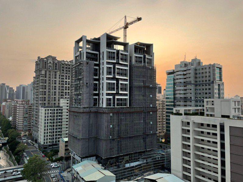助營建產業度難關,台中市政府公告建照期限自動展延兩年。圖/台中市都發局提供