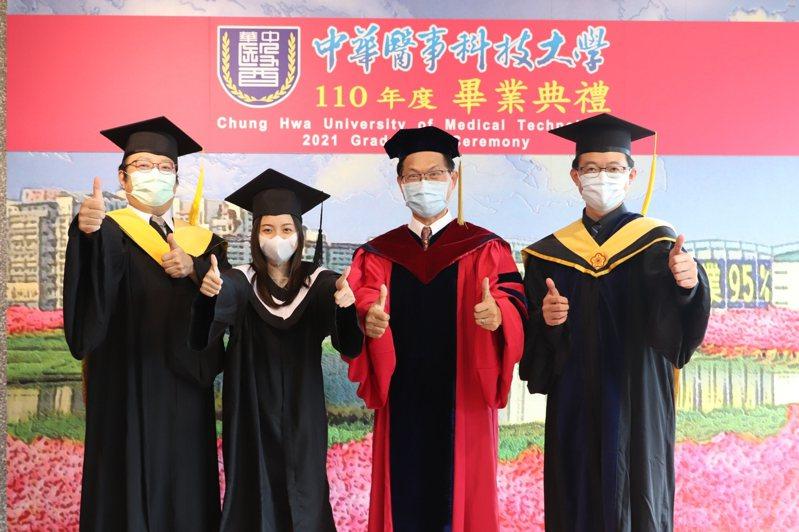 中華醫大線上畢業典禮,遠距互道珍重。從越南來台讀大學的幼保系畢業生杜艷嬌莉(左二)特地央請校長曾信超(右二)及副校長孫逸民(左一)、楊堉麟(右一)合照做紀念。圖/校方提供