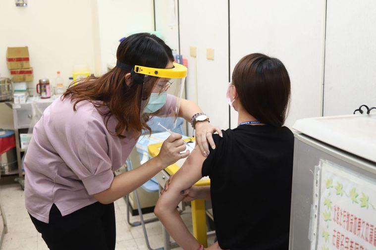 新冠肺炎疫情爆發本土社區感染,大家搶打AZ疫苗。圖/嘉縣府提供