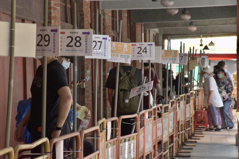 東吳大學的住宿生中午在萬華剝皮寮篩檢站排隊等待快篩。記者鍾維軒/攝影