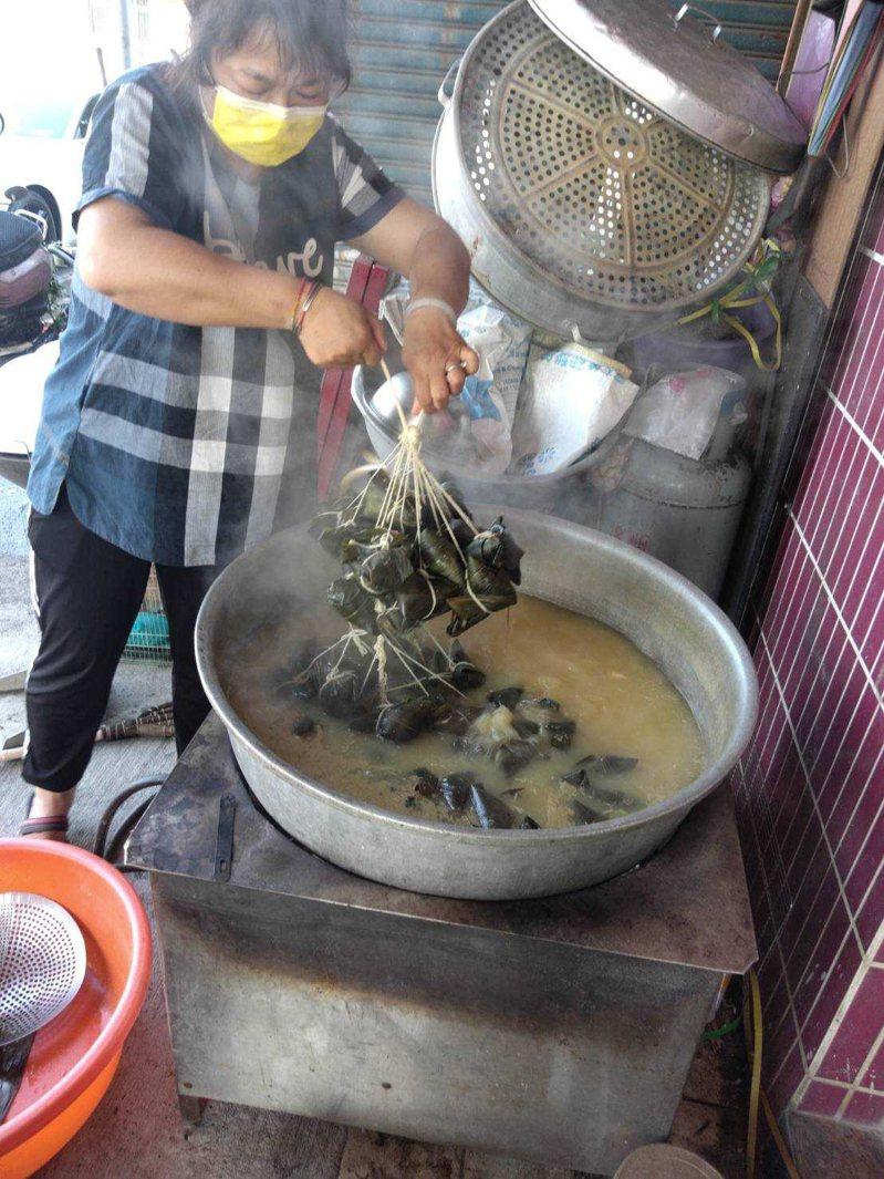 北港農會改變過去群聚製作粽子,讓家政班成員分組分流在家包粽子,端午愛心照樣飄香。記者蔡維斌/翻攝