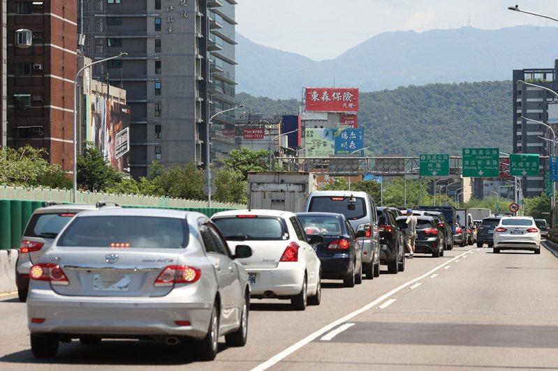 建國上國1上午出現車多。記者季相儒/攝影