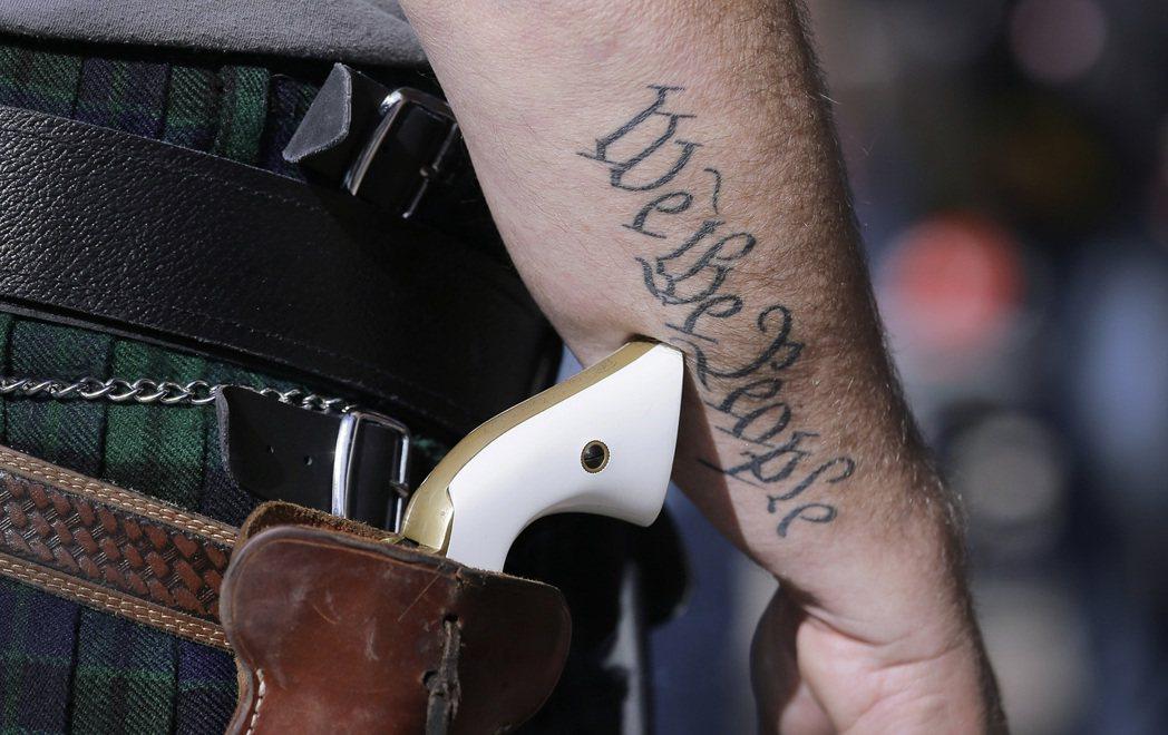 美國德州首府奧斯汀警方表示,當地東六街四百號於十二日凌晨一時卅分發生大規模槍擊,...