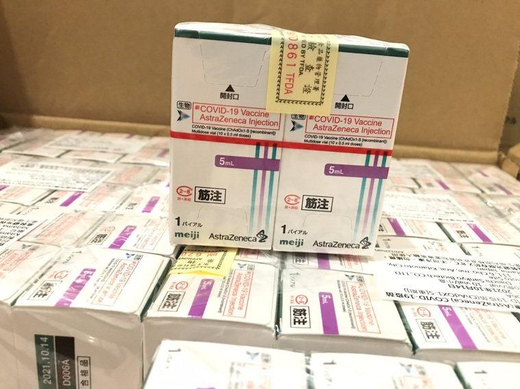 AZ疫苗今天中午送抵南投縣衛生局,南投縣分配到1萬8000劑,預計16日施打。圖...