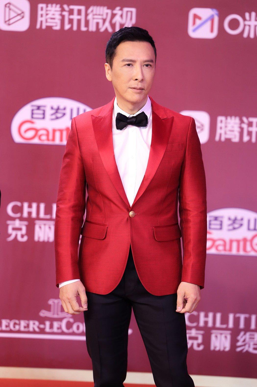 甄子丹穿著紅色西裝,霸氣出席「怒火」上海國際電影節宣傳。圖/華映提供