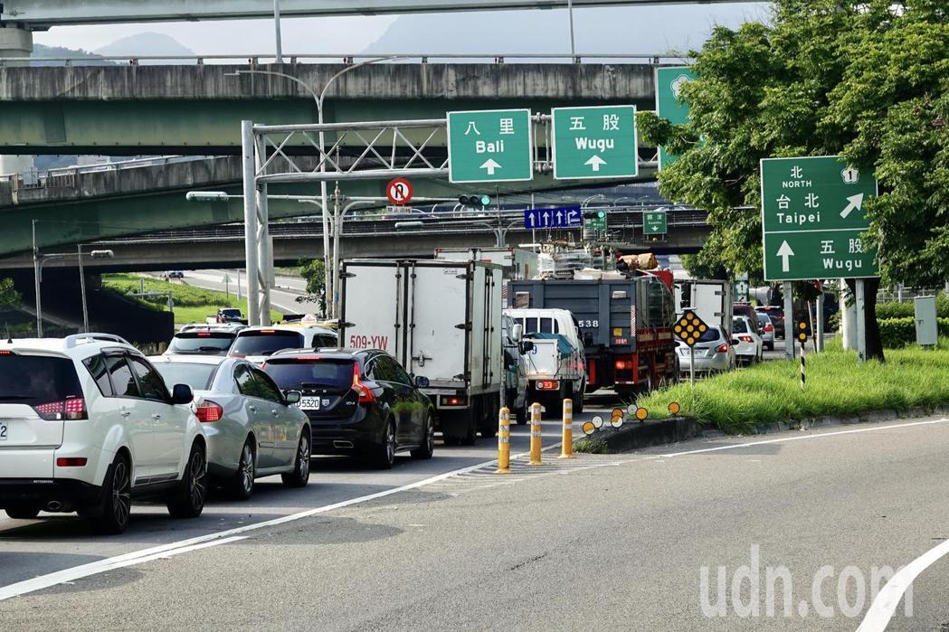 端午節3天連續假日的第一天,高速公路的匝道交通號誌時間綠燈短、紅燈長,相差3、5...