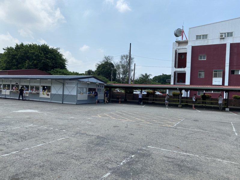 台南市南區松柏育樂中心篩檢站今天有許多南返民眾前來快篩。記者鄭維真/攝影