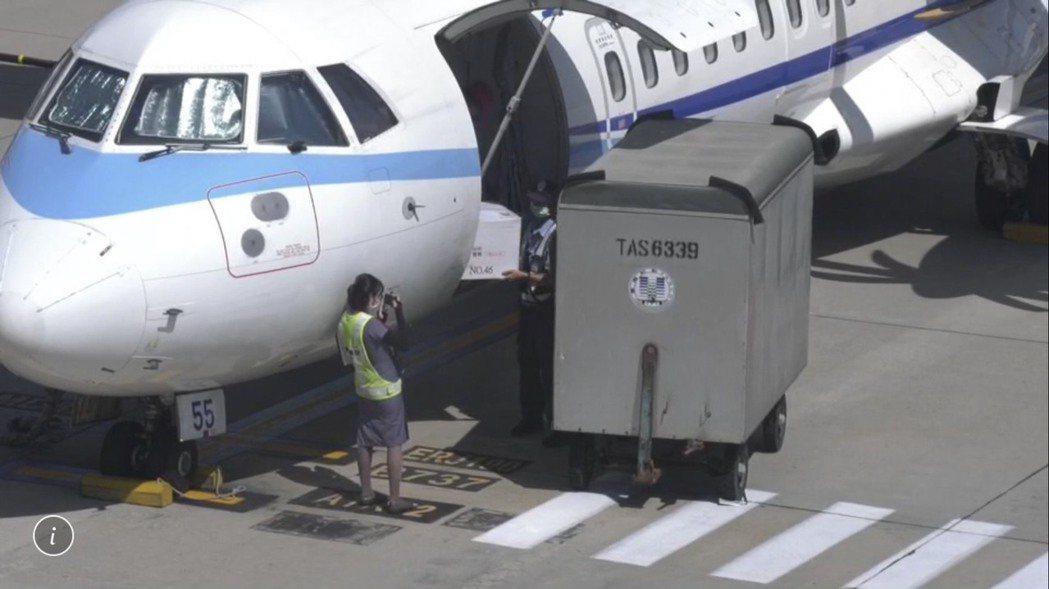 1萬1200劑AZ疫苗今天由華信航空協助載運,在下午14點許抵達金門。記者蔡家蓁...