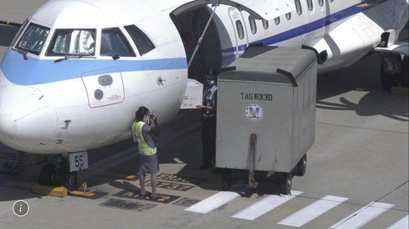1萬1200劑AZ疫苗今天由華信航空協助載運,在下午14點許抵達金門。記者蔡家蓁/攝影