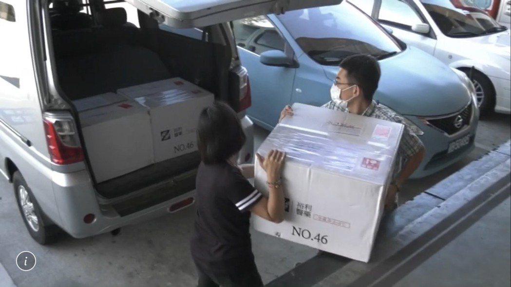 中央配發的AZ疫苗在下午抵金,衛生局人員出動多人前往清點運送。記者蔡家蓁/攝影