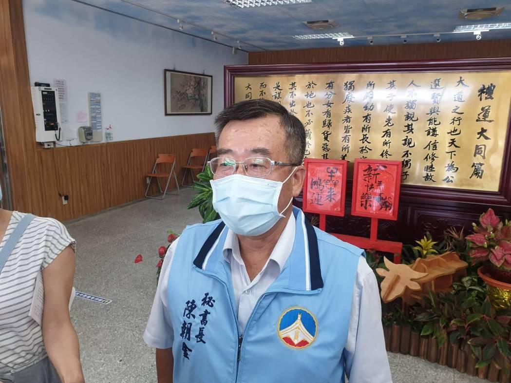 縣府秘書長陳朝金表示,縣府已研議針對75歲的長者,疫苗施打將採「雙軌制」,也就是...