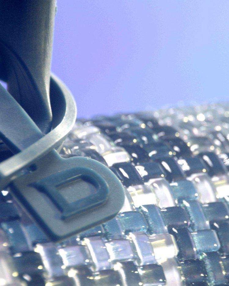 DELVAUX年度限量包款的提把上也有標誌性的D字樣細節裝飾。圖/DELVAUX...
