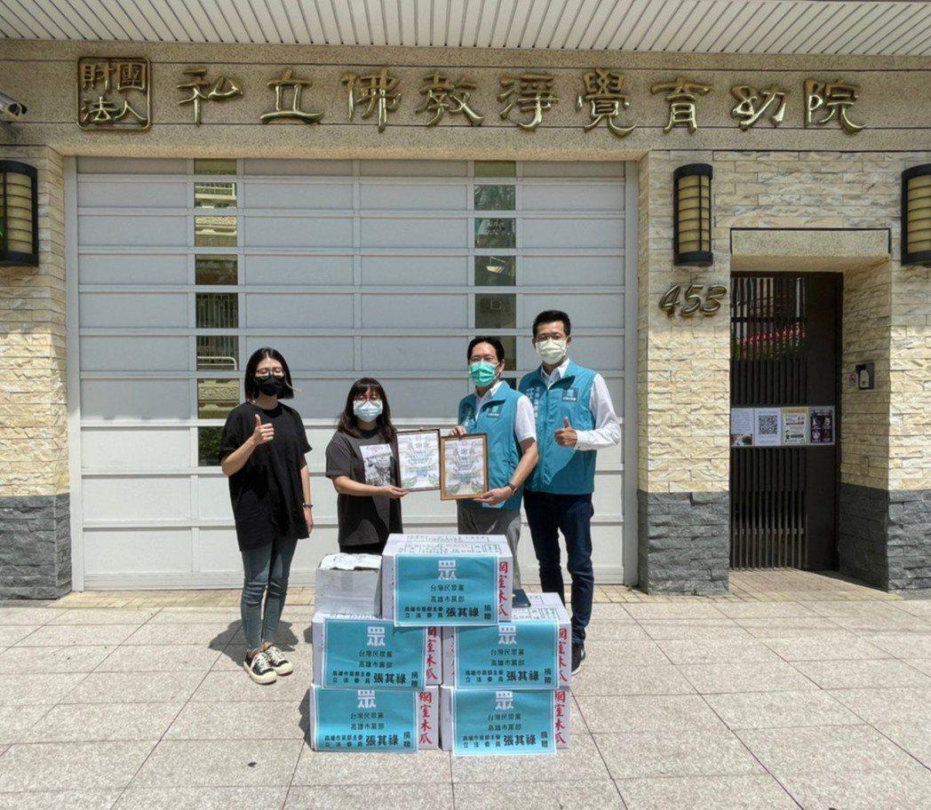 端午節連假第一天,台灣民眾黨高雄市黨部主委張其祿(右二)致贈高雄在地出產的蔬菜與...