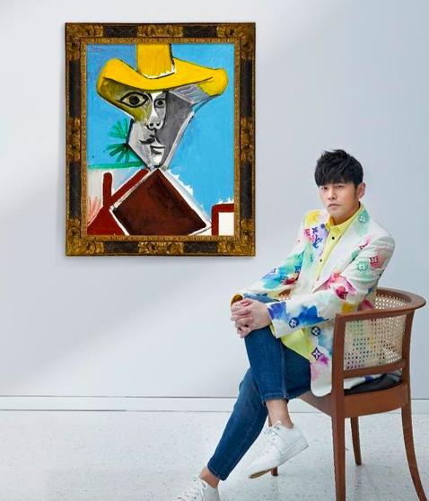 周杰倫與畢卡索的名畫「男子半身相」合影。圖/摘自IG