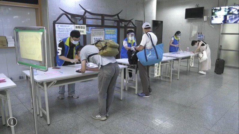 今天是端午連假的第一天,金門尚義機場的返鄉民眾不多,一整天下來只到站3班次,載客127人,民眾都乖乖配合填寫健康聲明書。記者蔡家蓁/攝影