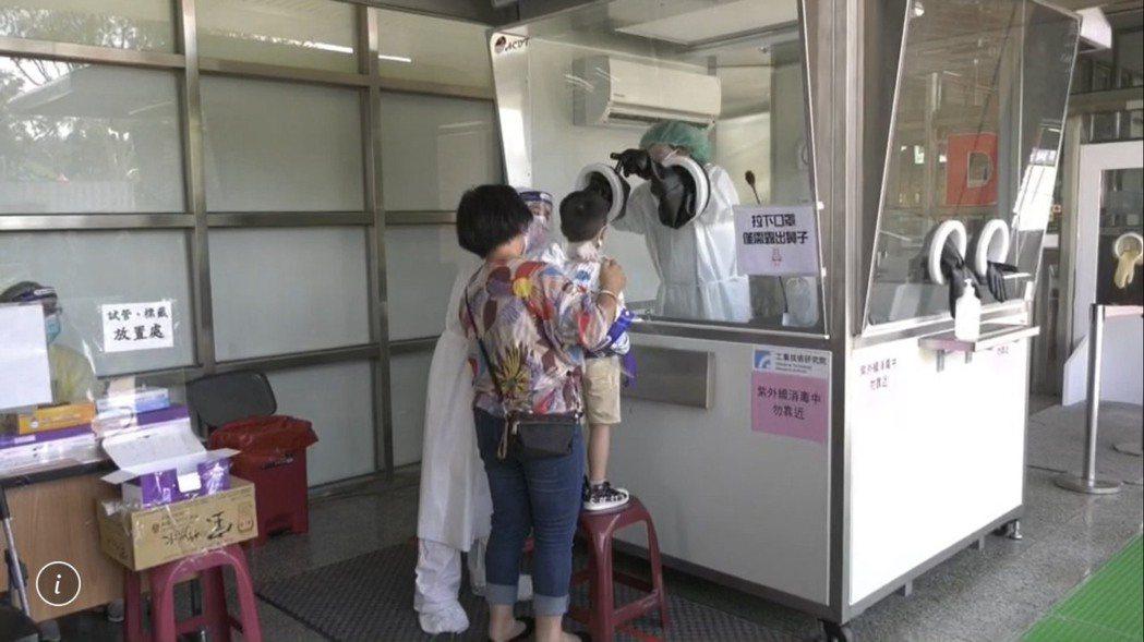 入境金門的民眾對魚縣府的強制快篩政策都很配合,連小朋友都乖乖接受篩檢。 記者蔡家...