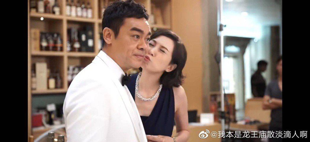 劉青雲(左)、郭藹明(右)至今結婚23年,仍會被拍到恩愛畫面。圖/摘自微博