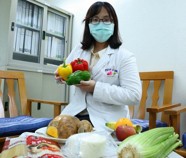 江志純營養師強調多樣化的營養來採購食品,宅在家一樣可以健康防疫。圖/部立桃園醫院...