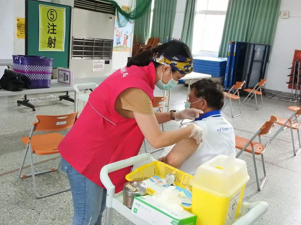 南投縣副縣長陳正昇示範疫苗施打流程。圖/南投縣政府提供
