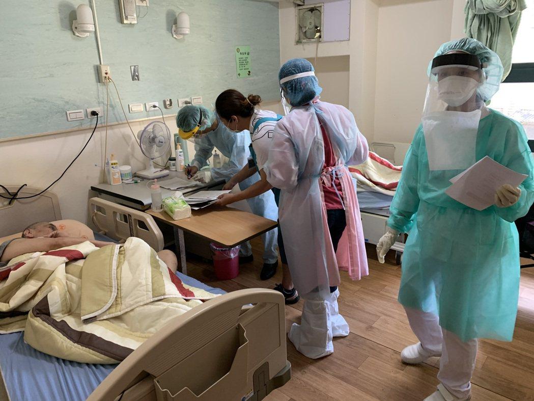 北市疫苗機動接種隊前往浩然敬老院為長者接種疫苗。圖/台北市政府提供