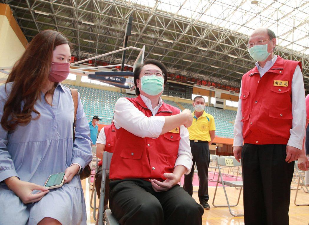 「長輩不動,醫護動」,林右昌:醫護專人協助疫苗施打。圖/基隆市政府提供