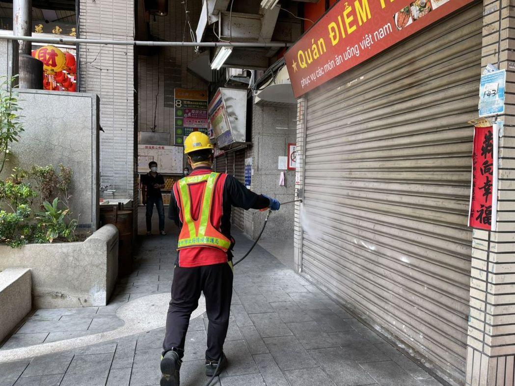台中市環保局人員今天到確診者公共足跡移工熱點東協廣場消毒。圖/台中市環保局提供