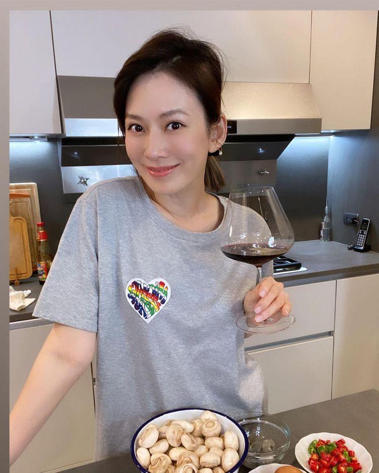 Melody下廚穿灰色心型彩虹T恤,3,900元。圖/取自IG