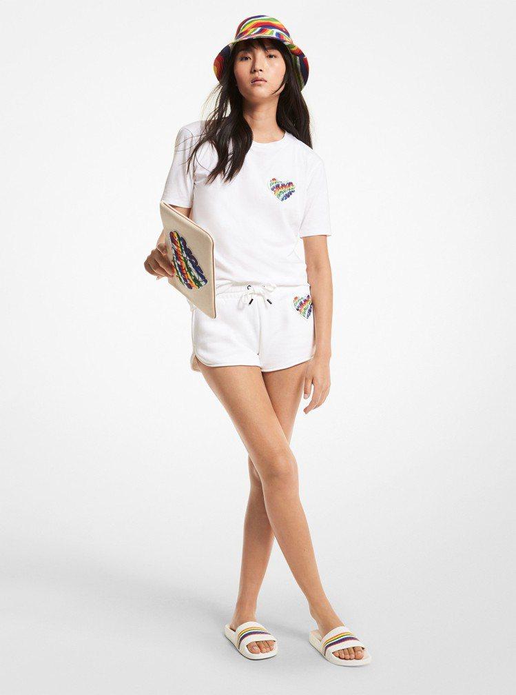 MICHAEL KORS白色T恤3,900元、白色心型彩虹運動短褲5,300元。...
