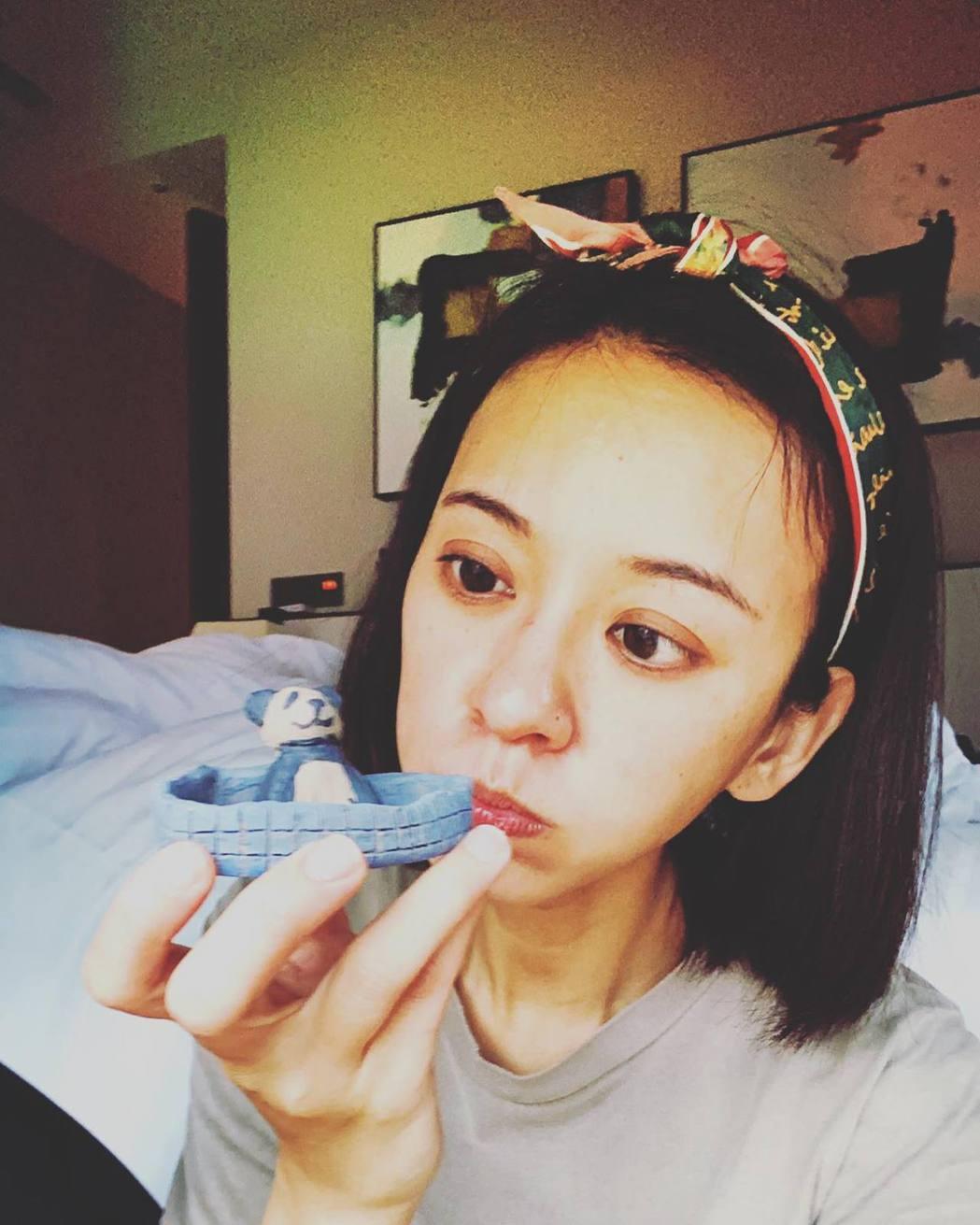 陳意涵日前在酒店式公寓隔離時,還抽空做了一隻熊貓造型的醬碟。圖/摘自臉書