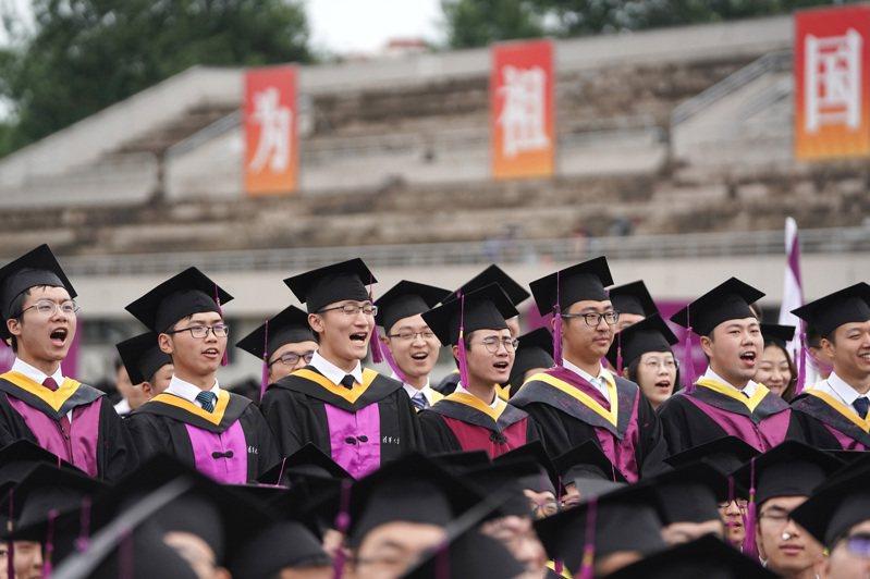 大陸河南大學教授程民生在畢業典禮上致詞勉勵,引發學生共鳴,更走紅網路。新華社