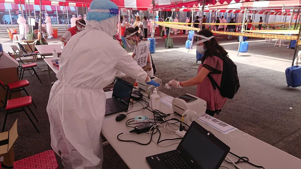 京元電子在台北榮總醫護團隊協助下,一連兩天展開對5000多名本國籍員工的PCR檢...