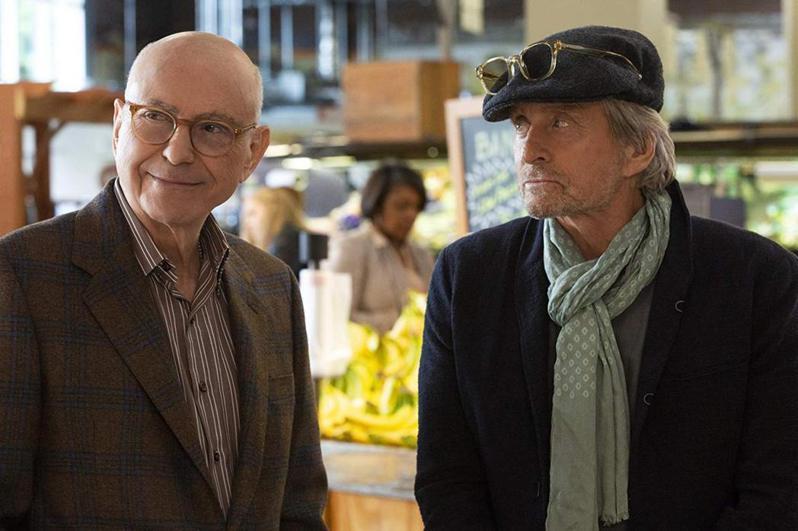 麥克道格拉斯(右)與亞倫艾金在「好萊塢教父」演技精彩。圖/摘自Netflix