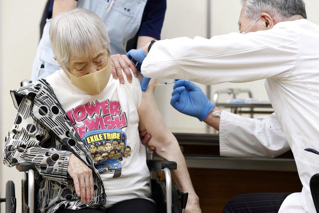 日本兵庫縣伊丹一名女性長者今年四月十二日接種首劑輝瑞疫苗,非報導當事人。(美聯社...
