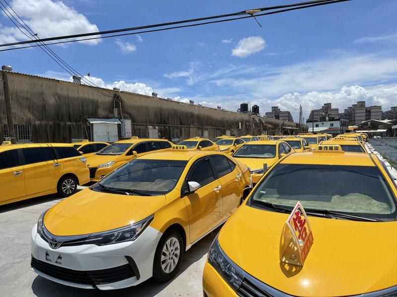 疫情重創計程車業,小黃司機因租車一天跑車賺不到幾百塊,最近紛紛「退租」,造成出租車輛的交通公司連帶遭殃。記者王昭月/攝影