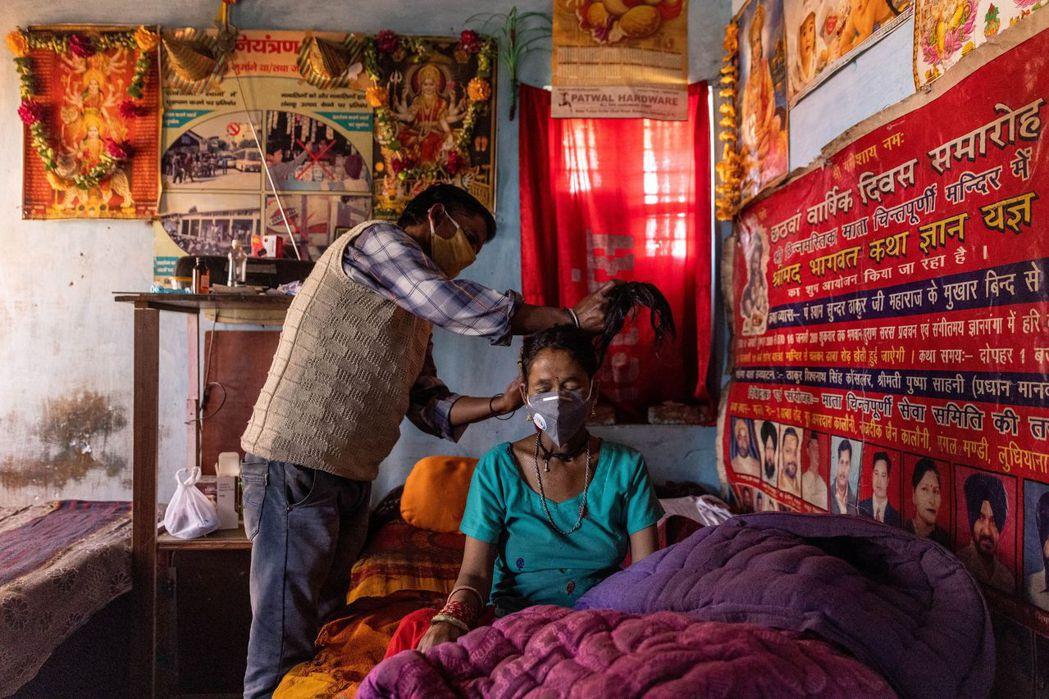印度政府12日調降新冠肺炎藥物和治療器材的稅率。     路透