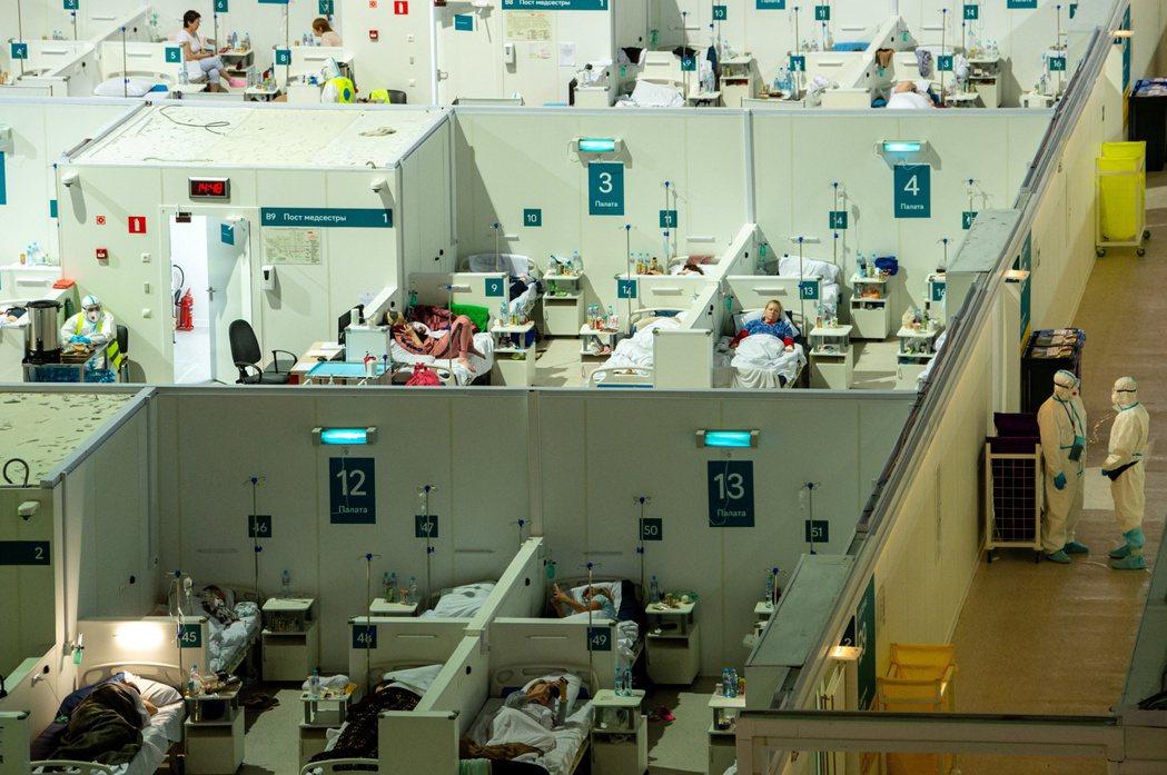 莫斯科室內冰場改建而成的新冠臨時醫院。(路透)