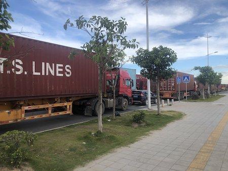 廣州南沙港外的大馬路上,出現擁堵的貨櫃拖車隊伍。 (第一財經)