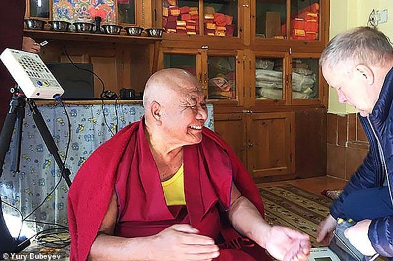 俄羅斯莫斯科國立大學科學家正在研究,如何利用藏傳佛教的古禪修法,將人體置於「半昏睡狀態—暫停生命」下,直到幾周後才恢復正常,為飛往火星等長期太空任務預先做準備。圖/翻攝自MAILONLINE