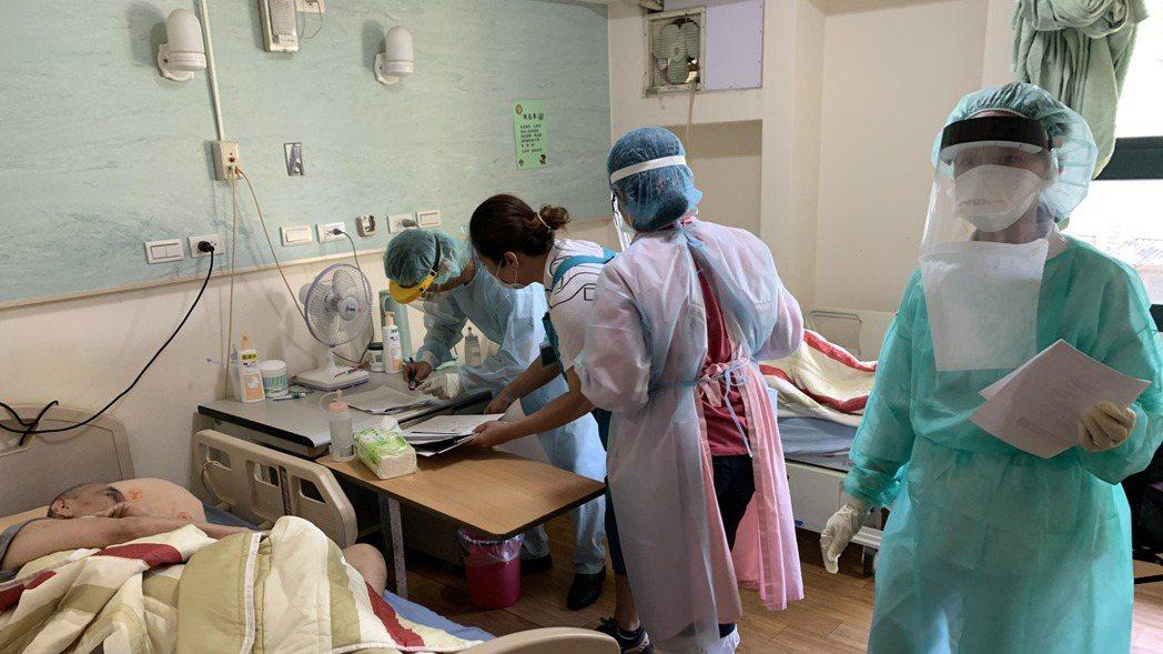 示意圖。圖為北市疫苗機動接種隊前往浩然敬老院為長者接種疫苗。 台北市政府提供