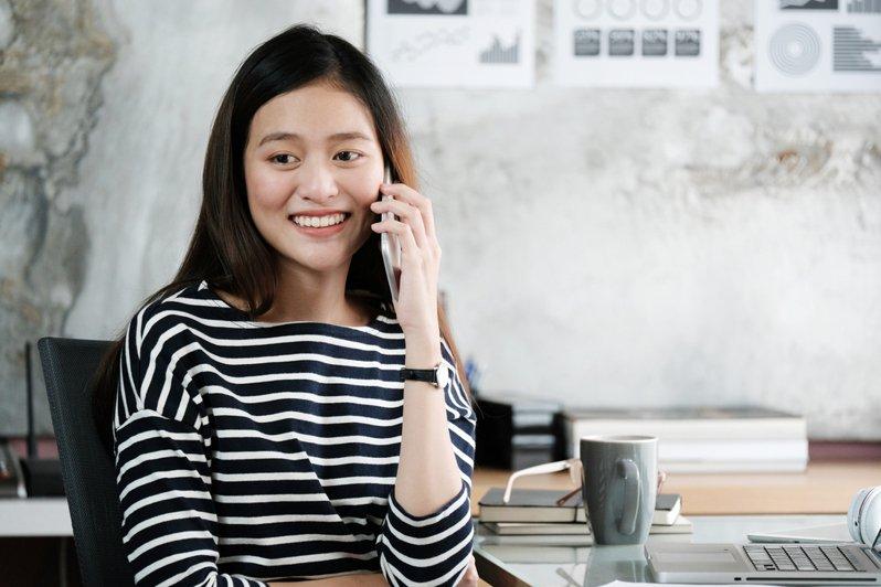 一名網友分發文抱怨女友講電話的習慣讓他不能忍受,貼文引起網友熱議。圖片來源/ingimage