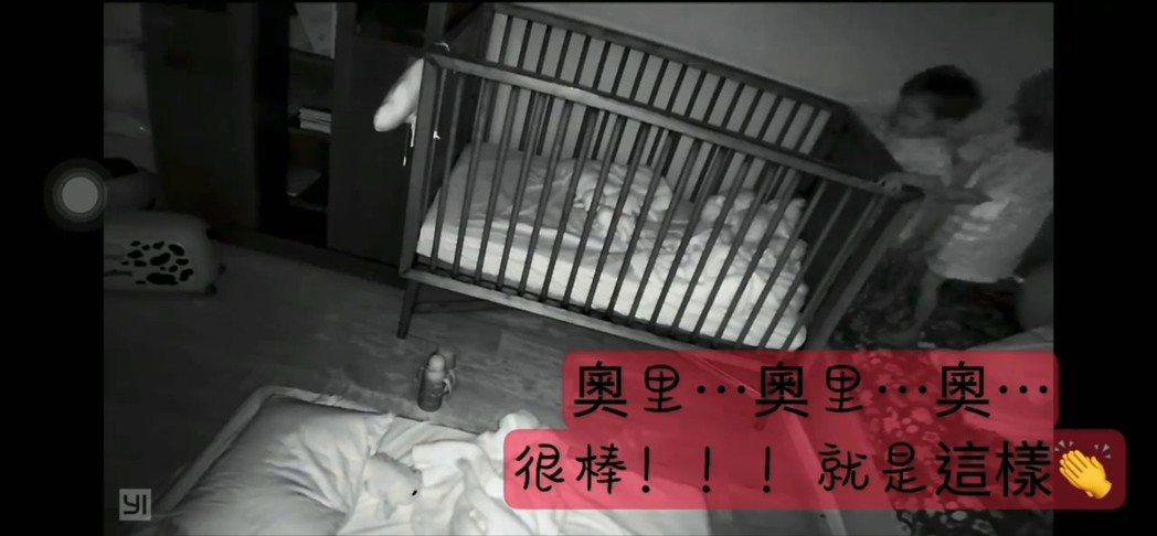 奧里在姊姊嚕喜的鼓勵幫助下,爬出嬰兒床。 圖/擷自隋棠臉書